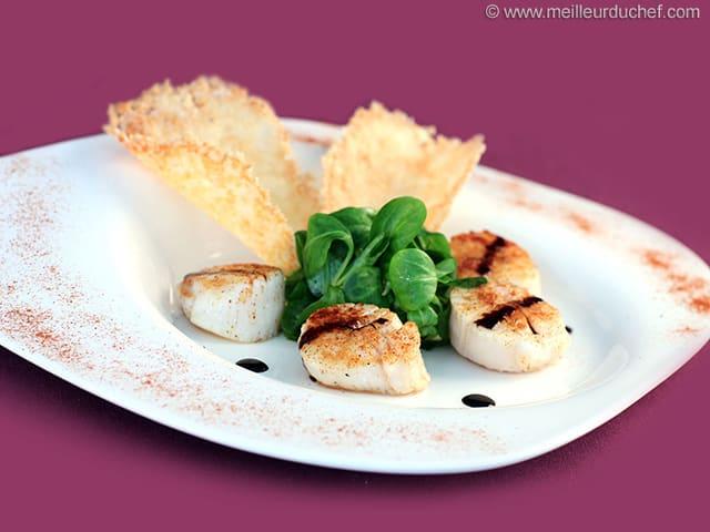 Salade noix de Saint-Jacques et tuiles au parmesan - La recette avec ...