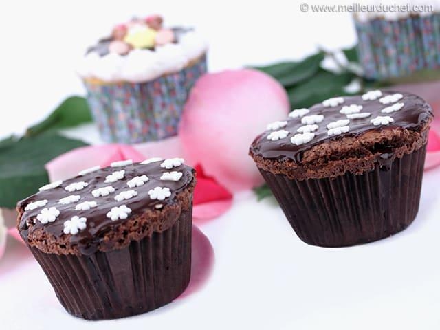 cupcakes vanille gla age au chocolat recette de cuisine illustr e. Black Bedroom Furniture Sets. Home Design Ideas
