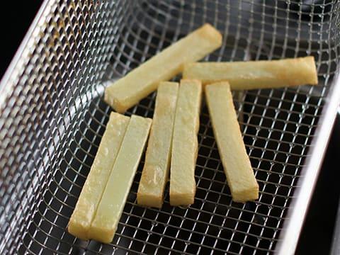 Cuisson des pommes de terre frites en 2 temps notre recette avec photos - Temps cuisson pomme de terre raclette ...