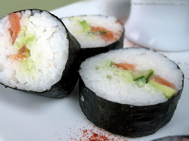 sushis au saumon avocat et concombre fiche recette avec photos. Black Bedroom Furniture Sets. Home Design Ideas