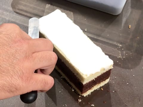 Spread sugar icing on the surface of the cake