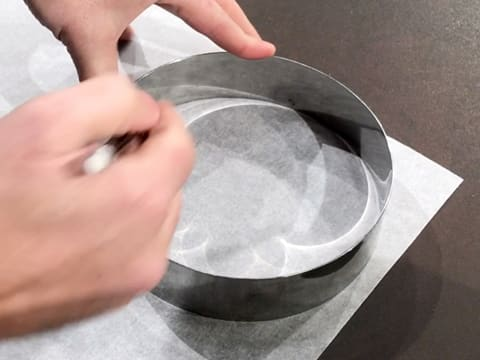 Draw a circle with a pencil and mousse ring on a sheet of greaseproof paper