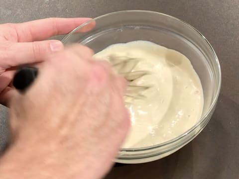 Whisk the cream and white chocolate in the bowl