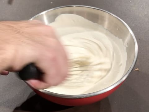 Whisk the preparation in the bowl