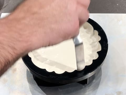 Spread the cream on the sides of the mould with a small palette knife