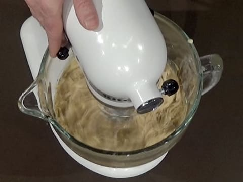 Combine with coffee cream and butter with the mixer