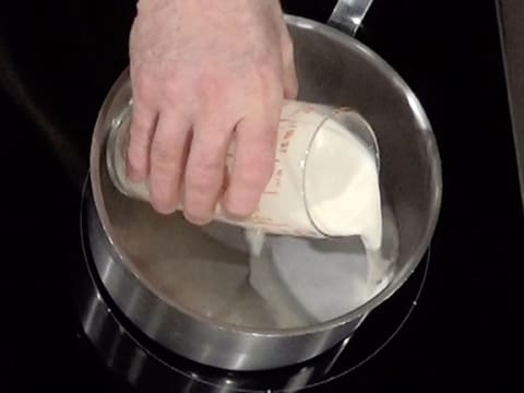 Pour the milk in a saucepan